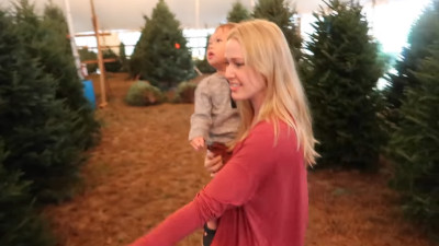 S2017E329 - Baby\'s First Christmas Tree (Toddler FREAKOUT!)